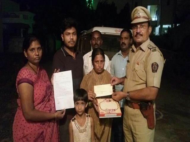 अक्षयकुमारची मृत पोलिसाच्या परिवाराला आर्थिक मदत अन् मिठाई भेट