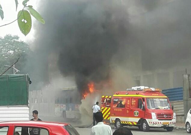 चिंचवडगावात पीएमपीएलची बस जळून खाक (पहा व्हिडीओ)