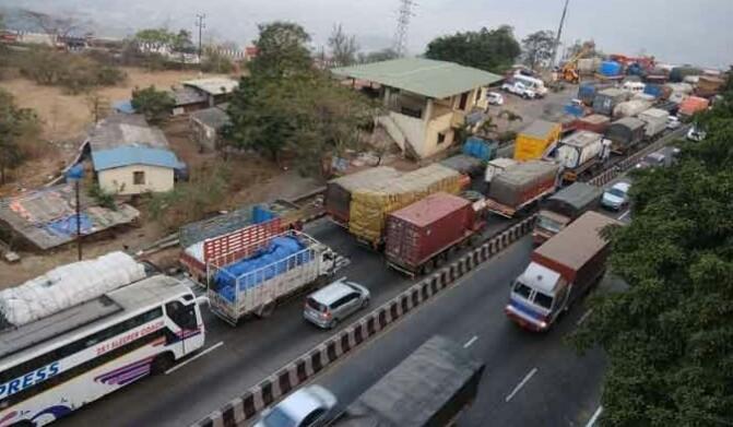 पुणे-मुंबई एक्सप्रेसवेवर वाहतूक कोंडी