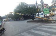 चिंचवड स्टेशन चौकात ट्रॉफिक सिग्नलचा खांब रस्त्यावर कोसळला