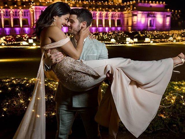 'देसी गर्ल'ने शेअर केला निकसोबतचा रोमँटिक फोटो