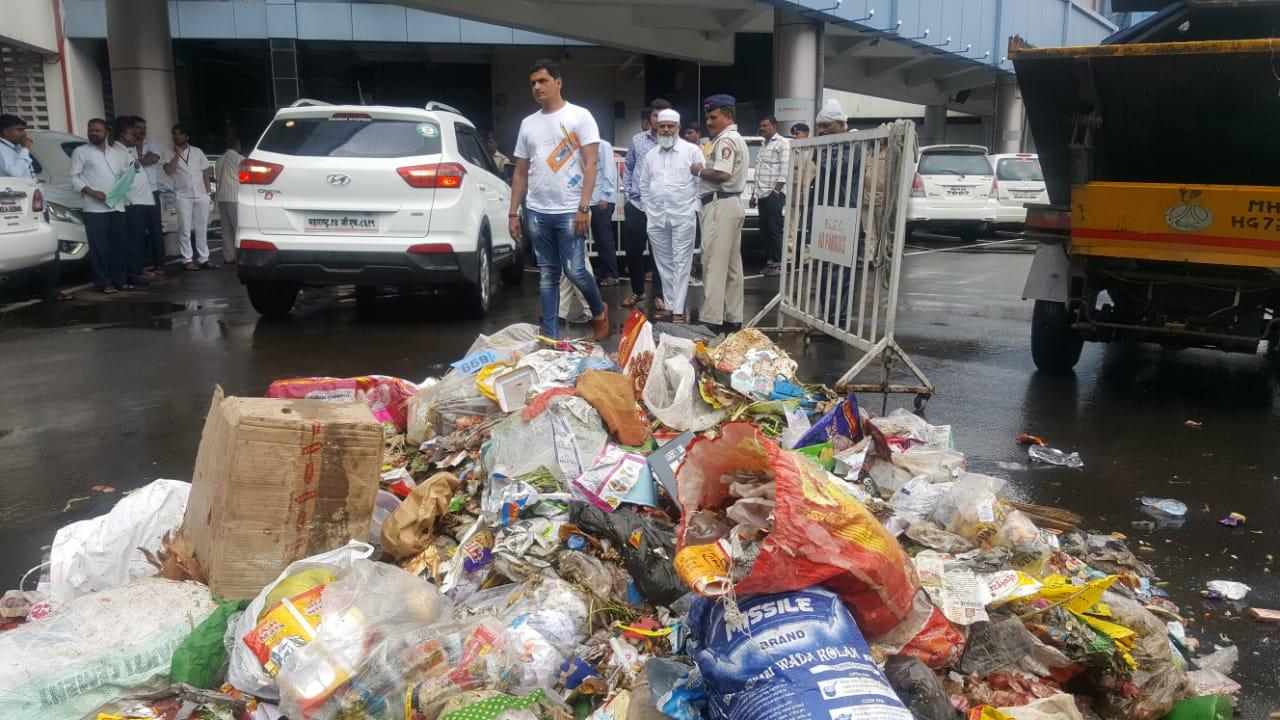 भाजप नगरसेवक तुषार कामठेंचे प्रशासनाच्या निषेधार्थ आंदोलन; महापालिका मुख्यालयात टाकला कचरा