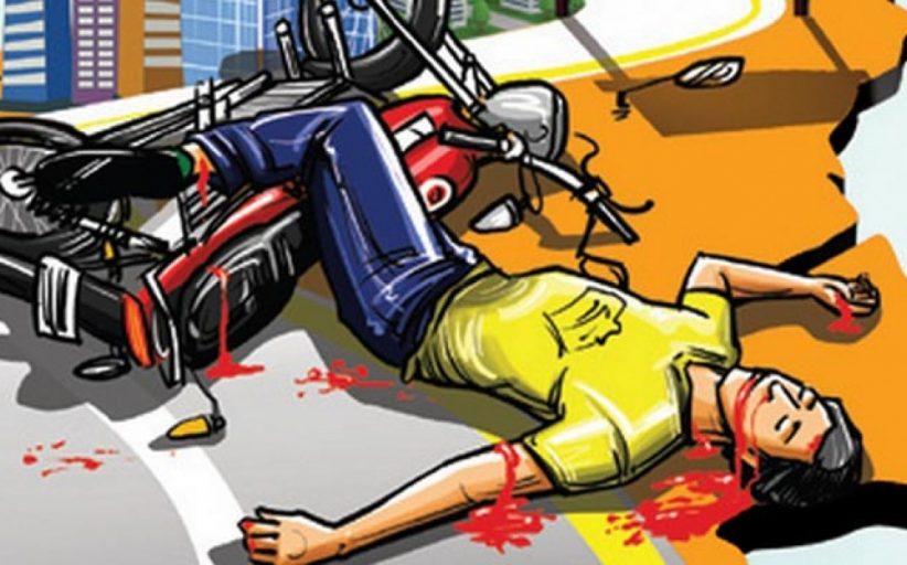 मुंबई-बेंगलोर महामार्गावर रस्त्याच्या कडेला उभ्या असलेल्या ट्रकला धडकून दुचाकीवरील दोघांचा मृत्यू