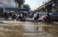 निगडीत पाईप लाईन फुटल्याने लाखो लिटर पाणी रस्त्यावर..!