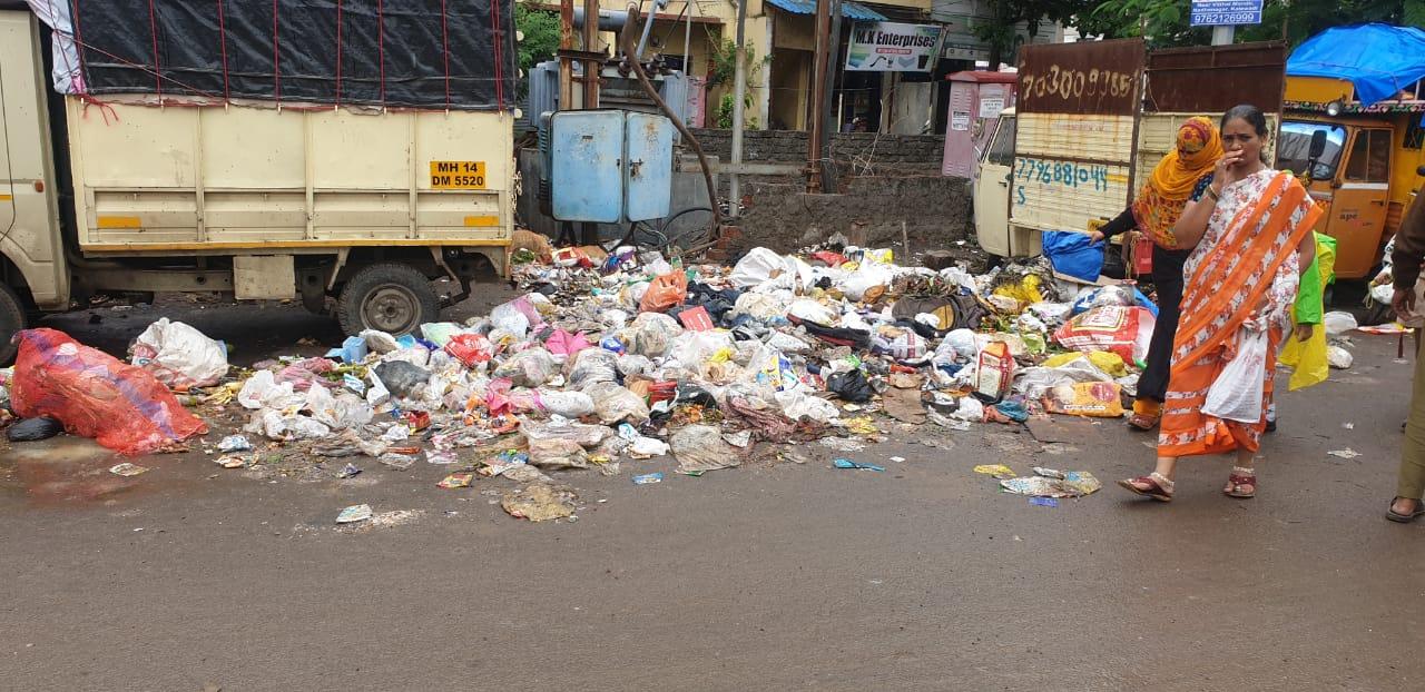 काळेवाडी परिसरात जागोजागी कचऱ्याचे ढीग; महापालिका इमारतीत कचरा टाकण्याचा शेकाप नेते नितीन बनसोडेंचा इशारा