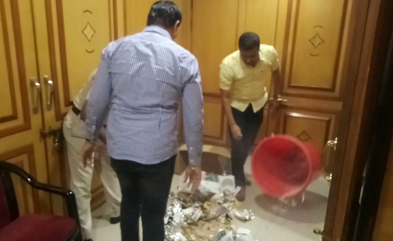 स्थायी समिती सभागृहाबाहेर राष्ट्रवादीच्या सदस्यांनी फेकला कचरा..!