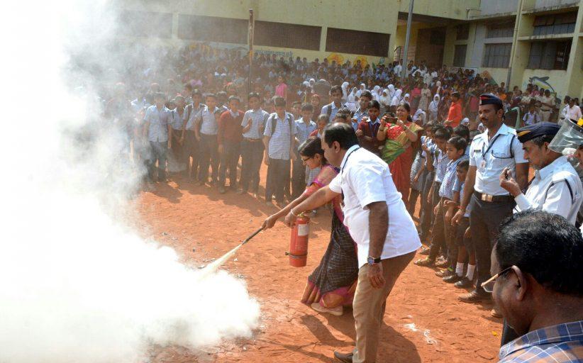 थेरगावमध्ये विद्यार्थ्यांसमोर अग्निशामक दलाकडून प्रात्यक्षिके सादर