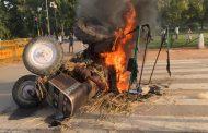 कृषी विधेयकावरुन इंडिया गेटवर ट्रॅक्टर पेटवत हिंसक आंदोलन